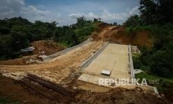 Jembatan yang telah terhubung dalam proyek pembangunan Jalan Tol Bogor-Ciawi-Sukabumi (Bocimi) di Kawasan Rancamaya, Bogor, Jawa Barat, Selasa (1/11).