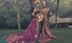 John Legend bersama istrinya, Chrissy Teigen, mengenakan pakaian khas Bali.