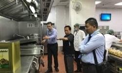 Kadaker Jeddah Arsyad Hidayat meninjau kesiapann layanan petugas haji Indonesia di Bandara King Abdul Aziz, Jeddah.