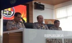 Kadiv Humas Polri Irjen Boy Rafli Amar (tengah)