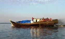 Kapal kayu penyelundup yang diduga membawa barang ilegal