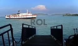 Kapal Roro terlihat di lautan dari jalur pejalan kaki di Dermaga II, Pelabuhan Bakauheni, Pulau Sumatra. (Republika/Tahta Aidilla)