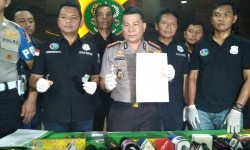 Kapolres Metro Jakarta Barat Kombes Roycke Langie (tengah) menunjukkan barang bukti yang diamankan dari pedangdut Ridho Rhoma berupa alat hisap sabu dalam konferensi pers di Polres Jakarta Barat, Slipi, Jakarta Barat, Sabtu (25/3).