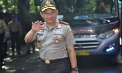 Kapolri Jenderal Pol Tito Karnavian melambaikan tangan ketika meninjau tempat pemungutan suara Pilkada DKI Jakarta di TPS 3 Pulo, Kebayoran Baru, Jakarta, Rabu (15/2).
