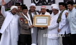 The National Police Chief Gen Tito Karnavian received calligraphy of surah Al Maidah verse 51 from Habib M Rizieq Shihab at the 212 Rally in National Monument, Jakarta, on Friday (December 2, 2016)