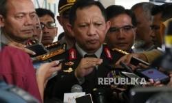 Kapolri Jenderal Pol Tito Karnavian menjawab pertanyaan wartawan usai menghadiri acara Silaturahmi Idul Fitri 1437 H Pimpinan Pusat Muhammadiyah di Jakarta, Senin (18/7). (Republika / Darmawan)