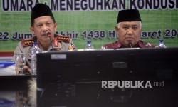 Kapolri Jenderal Tito Karnavian (kiri), bersama Ketua Dewan Pertimbangan Majelis Ulama Indonesia (MUI) Din Syamsuddin saat berdialog di kantor MUI, Jakarta, Selasa (21/3).