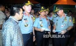 Kapolri Jendral Tito Karnavian (kedua kanan) meninjau lokasi terjadinya ledakan bom di Terminal Kampung Melayu, Jakarta, Jumat (26/5).