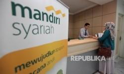 Karyawan melayani nasabah di Banking Hall Bank Syariah Mandiri (BSM).