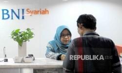 Karyawati melayani nasabah di Banking Hall Bank BNI Syariah (Ilustrasi)
