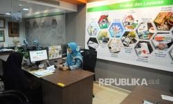 Karyawati melayani nasabah di banking hall Bank BNI Syariah, Jakarta, Jumat (10/2).