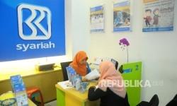 Karyawati melayani nasabah di Banking Hall Bank BRI Syariah, Jakarta, Rabu (17/5)