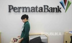 Karyawati menghitung uang di Banking Hall Bank Permata di Jakarta, Kamis (28/1).