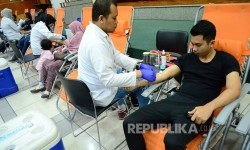 Kegiatan donor darah perayaan HUT ke-56 Bank BJB di lantai 9 Kantor Pusat Bank BJB, Bandung, Sabtu (20/5).
