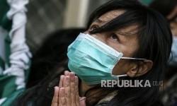 Keluarga korban tampak berharap cemas saat tetugas SAR mencoba mengevakuasi korban dari gedung yang rubuh akibat gempa di Taiwan, Sabtu (6/2).