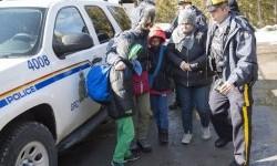 Keluarga pengungsi tiba di perbatasan Kanada dari Amerika Serikat dekat Hemmingford, Quebec, Senin, 20 Februari 2017.