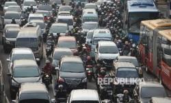 KEMACETAN. Sejumlah kendaraan terjebak macet di Jalan MT Haryono, Jakarta Timur, Rabu (20/09).