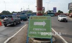 Kendaraan melintas di Simpang Jomin, Cikampek, Karawang, Jabar, Selasa (20/6).