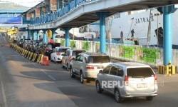 Kendaraan pemudik antre memasuki Dermaga 5 di Pelabuhan Merak, Banten, Selasa (20/6).
