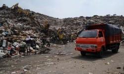 Truk pengangkut sampah di TPST Bantargebang, Bekasi, Jawa Barat, Kamis (5/11).