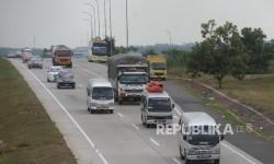 Kendaraan roda empat melintas di Jalan Tol Cikampek - Cipali, Selasa (20/6).