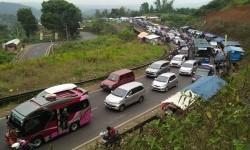 Kepadatan di lingkar Gentong, Kabupaten Tasikmalaya pada arus balik, Kamis (29/6).
