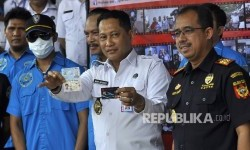 Budi Waseso, head of the National Narcotics Agency (BNN), shows identity of Malaysian nationals who smuggle drugs to Indonesia, at Jakarta, Wednesday (August 23).