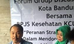 Kepala BPJS Kesehatan KCU Bandung dr Herman Dinata Miharja AAAK tengah memberi penjelasan terkait program kader JKN KIS kepada wartawan di Bandung, Senin (20/3).