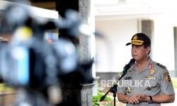 Kepala Divisi Humas Mabes Polri Boy Rafli Amar memberikan keterangan pers kepada wartawan di Bandara Halim Perdanakusuma, Jakarta, Ahad (31/7). (Republika/ Wihdan)