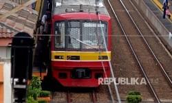 Kereta Commuter Line melintas di perlintasan kereta Pasar Minggu Baru, Jakarta, Senin (9/1).