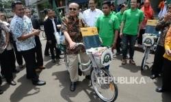 Ketua Baznas Bambang Sudibyo menaiki kopi sepeda saat acara milad ke-16 Baznas di kantor Baznas, Jakarta, Selasa (17/1).