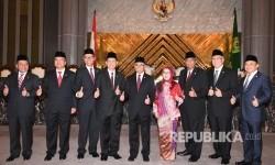 Ketua Dewan Komisioner Otoritas Jasa Keuangan 2017-2022 Wimboh Santoso (kelima kanan) bersama anggota ex-officio Mirza Adityaswara (kiri) serta Mardiasmo (ketiga kanan) dan Anggota Dewan Komisioner OJK (kedua kiri ke kanan) Ahmad Hidayat, Tirta Segara, Heru Kristiyana, Nurhaida, Riswinandi dan Hoesen berfoto bersama usai dilantik di Mahkamah Agung, Jakarta, Kamis (20/7).