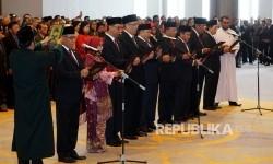 Ketua Dewan Komisioner Otoritas Jasa Keuangan 2017-2022 Wimboh Santoso (kiri) beserta para anggota mengucapkan sumpah jabatan saat dilantik oleh Ketua Mahkamah Agung Hatta Ali di Mahkamah Agung, Jakarta, Kamis (20/7).