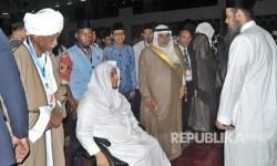 Ketua Dewan Pembina Yayasan Al Manarah Al Islamiyah Arab Saudi, Syaikh Khalid Al Hamudi (ketiga kiri), mantan Presiden Sudan, Abdel Rahman Swar Al-Dahab (kiri), Gubernur Sumbar Irwan Prayitno (keempat kiri), berbincang bersama ulama lainnya, pada pertemuan Ulama dan Da'i dunia (Multaqa Da'i) ke-3, di Masjid Raya Sumatera Barat, di Padang, Senin (17/7).