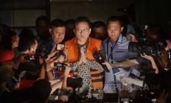 Ketua DPD Irman Gusman menjawab pertnyaan wartawan setelah keluar dari gedung KPK dengan mengenakan rompi tahanan KPK seusai diperiksa penyidik terkait kasus dugaan suap kuota impor gula, Jakarta, Sabtu (17/9)