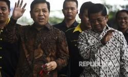 Ketua DPR Setya Novanto (kiri) didampingi Sekjen Partai Golkar Idrus Marham (kanan)