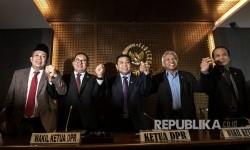 Ketua DPR Setya Novanto (tengah) bersama Wakil Ketua DPR Fadli Zon (kedua kiri), Agus Hermanto (kedua kanan), Taufik Kurniawan (kanan) dan Fahri Hamzah (kiri) mengangkat tangan bersama seusai memberikan keterangan kepada wartawan di Kompleks Parlemen Senayan, Jakarta, Selasa (18/7).