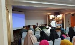 Ketua IITCF dan ATLMI Priyadi Abadi mempresentasikan wisata halal (foto atas), dan owner Al Madinah Travel Hj Nana Roesdiyana (foto bawah).