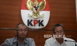 Ketua KPK Agus Rahardjo (kiri), dan Ketua BPK Moermahadi Soerja Djanegara memaparkan hasil OTT di Gedung KPK, Jakarta, Sabtu (27/5).
