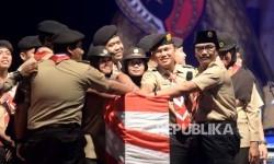 Ketua Kwartir Nasional Gerakan Pramuka Adhyaksa Dault bersama dengan perwakian perserta Raimuna Nasional XI menekan tombol sebagai tanda di tutupnya Raimuna Nasional XI di Bumi Perkemahan Cibubur, Jakarta, Ahad (20/8).