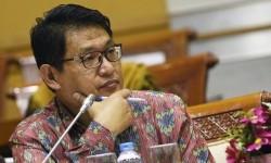 Ketua Lembaga Perlindungan Saksi dan Korban (LPSK) Abdul Haris Semendawai mengikuti rapat dengar pendapat dengan Komisi III DPR di Kompleks Parlemen, Senayan, Jakarta, Rabu (24/2)