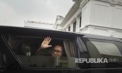 Ketua Umum PAN Zulkifli Hasan melambaikan tangan dari mobil usai bertemu dengan Presiden Joko Widodo di Kompleks Istana, Jakarta, Selasa (18/7).