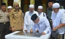 Ketua MUI (Majelis Ulama Indonesia) DR. KH. Ma'ruf Amin didampingi Bupati Jember dr. Hj. Faida MMR., meresmikan Masjid Roudhotul Muchlisin, Senin (15/5) lalu