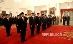Ketua sekaligus Anggota Dewan Pengawas Badan Pengelola Keuangan Haji (BPKH) Yuslam Fauzi (kiri) bersama dewan pengawas dan anggota BPKH mengikuti upacara pelantikan Dewan Pengawas dan Badan Pelaksana BPKH oleh Presiden Joko Widodo di Istana Negara, Jakarta, Rabu (26/7).
