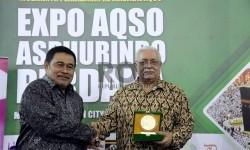Ketua Umum Asosiasi Penyelenggara Haji Umrah dan Inbound Indonesia (Asphurindo) Hafidz Taftazani memberikan cindramata kepada Duta Besar Palestina untuk Indonesia Fariz Mehdawi dalam pembukaan acara Expo Aqso Asphurindo perdana di Thamrin City, Jakarta,Rab