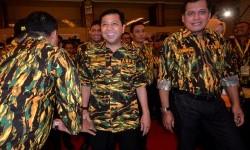 Ketua umum DPP Partai Golongan Karya, Setya Novianto (kedua kanan) di dampingi Ketua Harian DPP Partai Golkar, Nurdin Halid (kanan) mengahadiri pembukaan Rapat Pimpinan Nasional (Rapimnas) II Angkatan Muda Partai Golkar (AMPG), Makassar, Sulawesi Selatan,