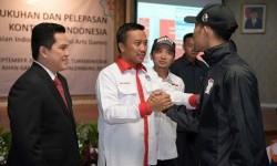 Ketua Umum KOI Erick Thohir (kiri) mendampingi Menpora Imam Nahrawi melepas kontingen Indonesia ke AIMAG 2017 di Tukrmenistan, Senin (11/9).