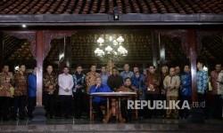 Ketua Umum Partai Demokrat Susilo Bambang Yudhoyono (kiri) dan Ketua Umum Partai Gerindra Prabowo Subiyanto bersama jajaran fungsionaris Partai Demokrat dan Partai Gerindraa menggelar konferesni pers usai pertemuan di Kediaman Susilo Bambang Yudhoyono Puri Cikeas, Jawa barat, Rabu (27/7) malam.