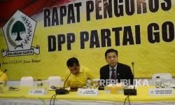 Ketua Umum Partai Golkar Setya Novanto (kanan), Ketua Harian DPP Partai Golkar Nurdin Halid memimpin rapat pleno di ruang rapat utama gedung DPP Partai Golkar, Jakarta, Selasa (18/7).
