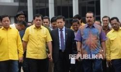 Ketua Umum Partai Golkar Setya Novanto (tengah), bersama Ketua Harian DPP Partai Golkar Nurdin Halid (kedua kiri), bersama anggota berjalan menuju ruang rapat utama gedung DPP Partai Golkar, Jakarta, Selasa (18/7).